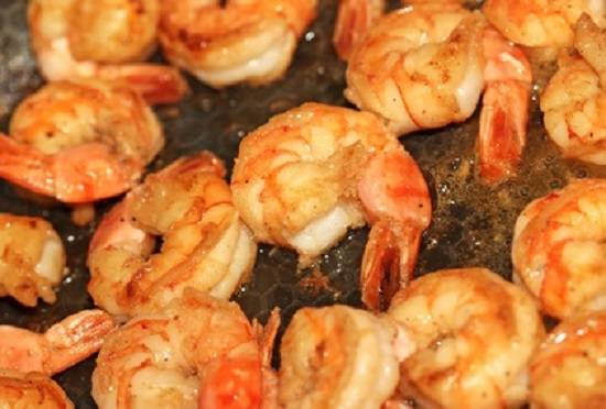 Frying pan with lots of shrimps scampi
